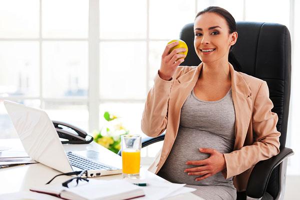 Беременная в офисе