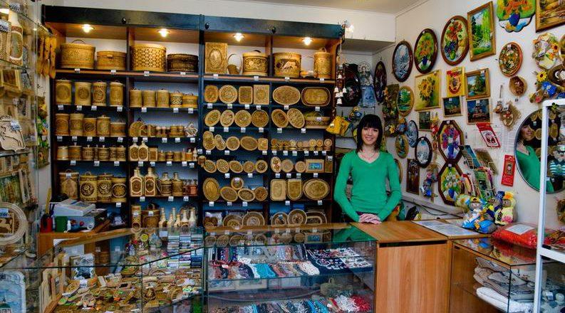 Продавец в сувенирном магазине